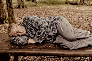 schläfer auf bank